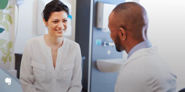Um homem e uma mulher trabalhadores de saúde conversando