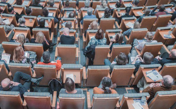 Zuschauer sitzen in einer Konferenz
