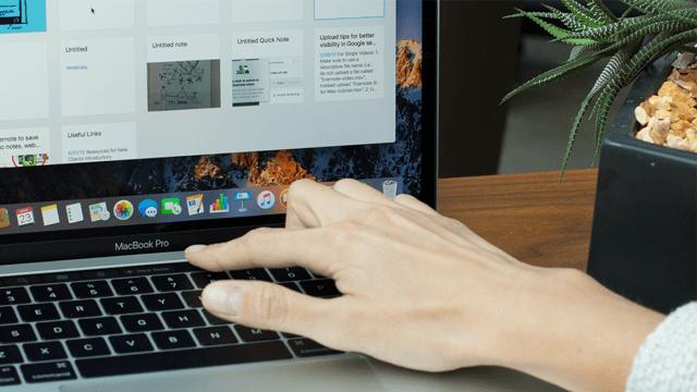 Mão no Touch Bar