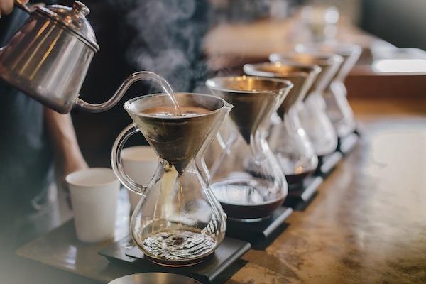 Preparación de café con agua caliente